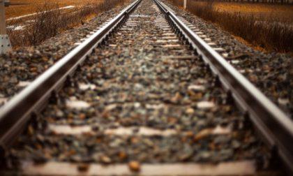 Si lancia dal cavalcavia sui binari: muore 43enne di Vigevano