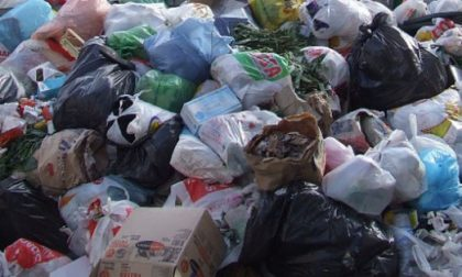 Abbandono di rifiuti incastrati dalle foto-trappole