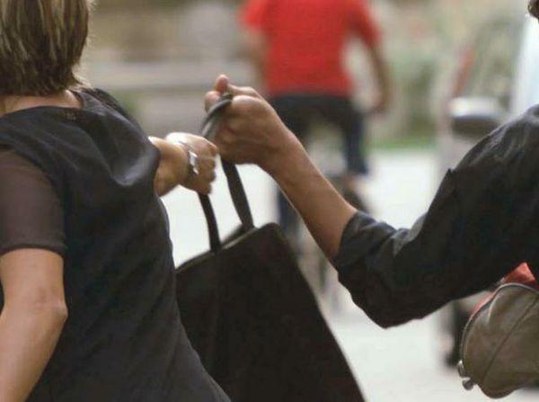 Donna scippata i Carabinieri acciuffano al volo un ragazzo nemmeno 20enne