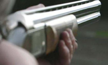 Spara al ladro con il fucile da caccia: grave un 26enne