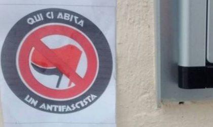 """Raid notturno contro gli antifascisti: ma il """"marchio"""" diventa orgoglio e tutti lo chiedono"""