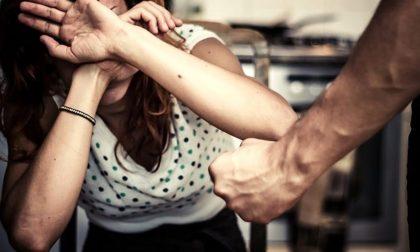 Filmati compromettenti: prende la moglie a coltellate
