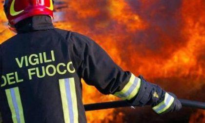 Incendio in abitazione, due vigili del fuoco intossicati