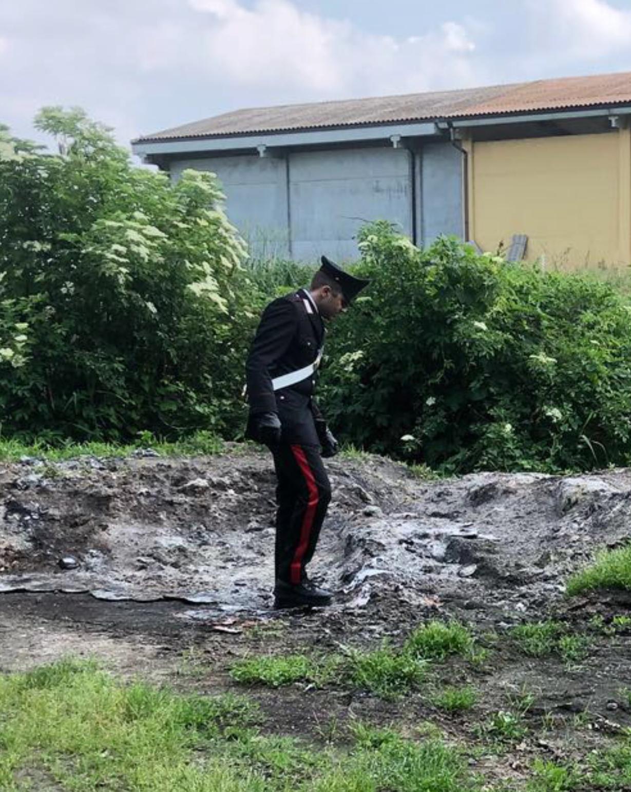 Plastica bruciata nei campi a Sartirana: denunciato 30enne