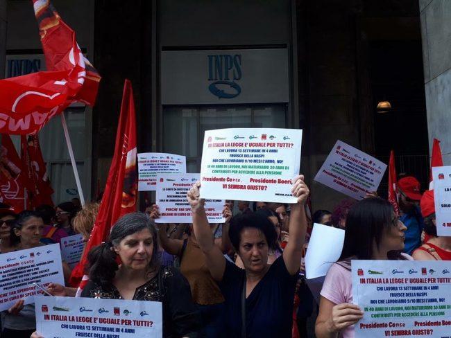 Le lavoratrici delle mense scolastiche protestano sotto la sede dell&#8217&#x3B;Inps Lombardia
