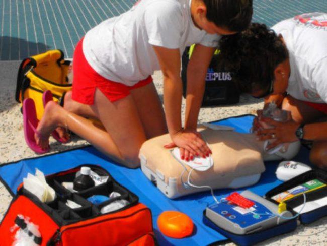 A Mede un corso per imparare a usare il defibrillatore