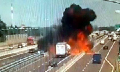 Esplode camion a Bologna, si apre voragine sulla A14: morti e feriti VIDEO