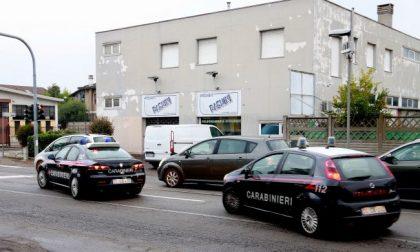 Terrore a Gaggiano: entra in un bar con mazza da baseball e coltello, un ferito