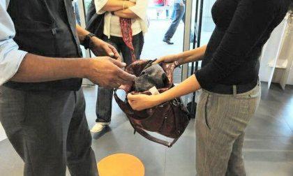 Rubano vestiti in un negozio: guai per una 15enne e altri due minori