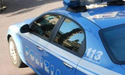 Aggredisce donna rompendole il naso e danneggia alcune auto: arrestato