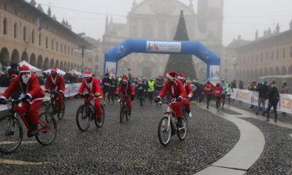 Scarpadoro di Babbo Natale: oltre 600 persone ieri a Vigevano FOTO
