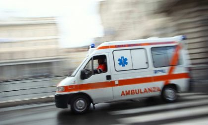 Prete accusa malore a Messa: soccorsi rallentati dalle auto dei fedeli