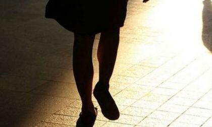 Pedina e perseguita per gelosia la collega di lavoro: denunciata