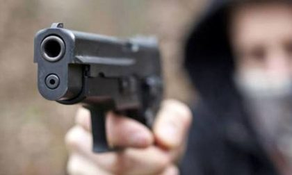 Rapina farmacia armato di pistola, poi fugge in scooter