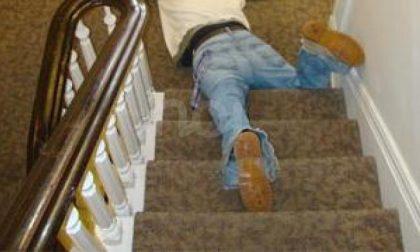 Cade dalle scale, batte la testa e muore: aveva 63 anni