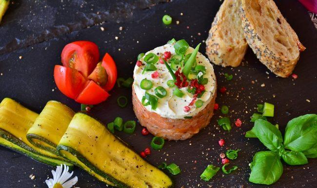 Tartare di salmone e gamberi, la ricetta