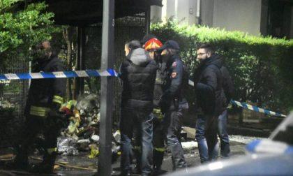 Cadavere mutilato, decapitato e bruciato in strada FOTO