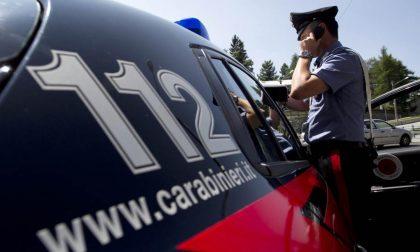 Senza assicurazione e patente non si ferma all'alt e tenta di investire i carabinieri