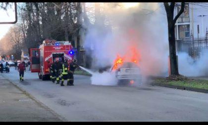 Auto in fiamme davanti all'ospedale di Abbiategrasso