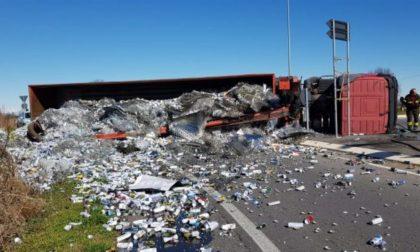 Si ribalta Tir carico di rifiuti ferrosi
