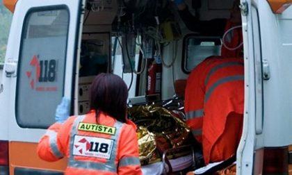 Tamponata da furgone che fugge, 60enne finisce in un canale