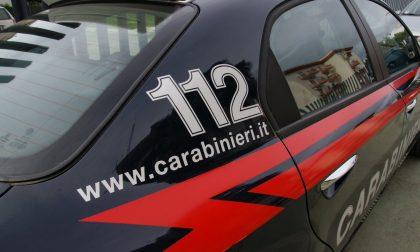 Spinge la compagna giù dal balcone: afferrata al volo dai Carabinieri