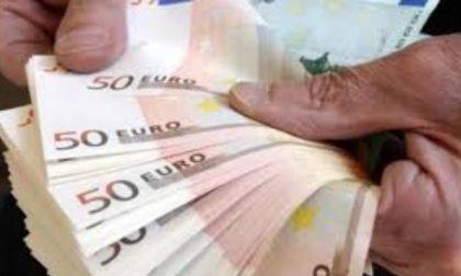 Dimentica 2.400 euro nella tasca dei pantaloni, la proprietaria della lavanderia glieli restituisce