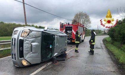 Si ribalta con l'auto, soccorso un uomo di 52 anni