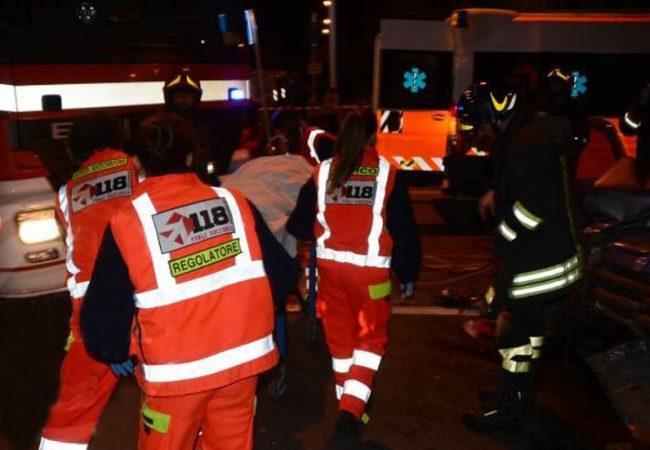 Si ribalta con l'auto, una 34enne in ospedale SIRENE DI NOTTE