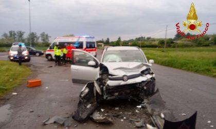 Schianto frontale tra due auto, feriti tre giovani FOTO
