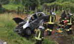 Violento schianto tra due auto, una finisce in un fosso FOTO