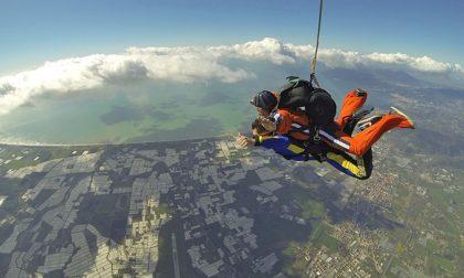 A 98 anni si lancia con il paracadute