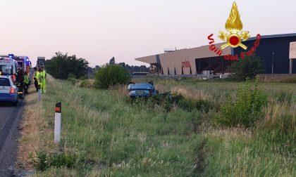 Fuori strada in A1, l'auto finisce ruote all'aria