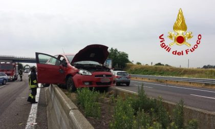 "Incidente in A1, auto ""vola"" e atterra sul new-jersey in cemento FOTO"