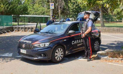 Armato di martello sfascia mobili, suppellettili e l'auto della moglie: arrestato
