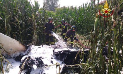 Ultraleggero si schianta nei campi pavesi e prende fuoco: due feriti FOTO