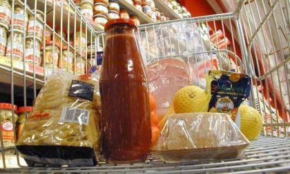 Pagano al supermercato con buoni spesa già utilizzati: coppia denunciata