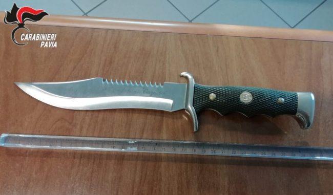 Minaccia di morte i genitori e l'ex fidanzata: arrestato 19enne con pugnale di 20 cm