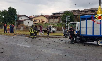 Schianto tra furgoni, 56enne elitrasportato al San Matteo