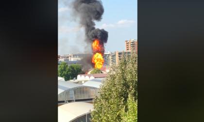 Capannone in fiamme nella zona industriale di Trezzano