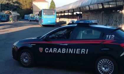 Aggredisce i carabinieri per sfuggire al controllo: arrestato pusher