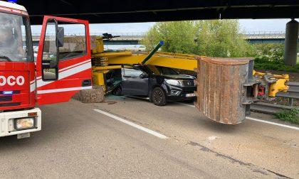 Svincolo A4-A8: ruspa cade dal Tir e schiaccia una macchina FOTO SHOCK