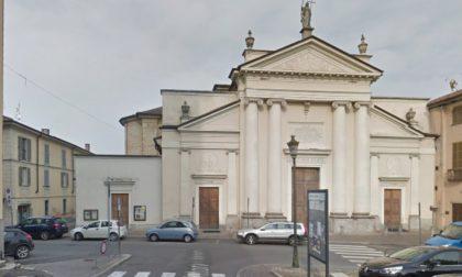 """Stradella, per scommessa si arrampica sul tetto della chiesa e bacia la statua della """"Fede"""""""