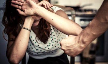 Tira un pugno alla convivente e le spacca i denti: denunciato