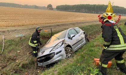 Fuori strada con l'auto a Villanterio: feriti tre giovanissimi FOTO