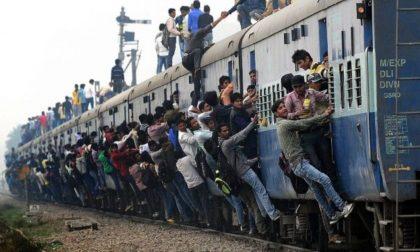 Solo tre carrozze per il treno S13 da Milano a Pavia: studenti e pendolari stipati