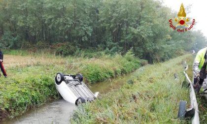 Esce di strada e finisce in un canale, i VVFF recuperano l'auto FOTO