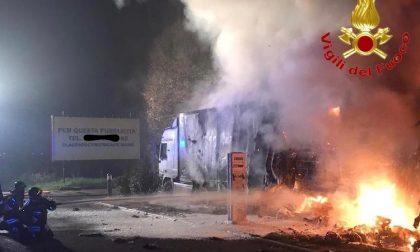 Camion in fiamme vicino alle pompe di benzina FOTO