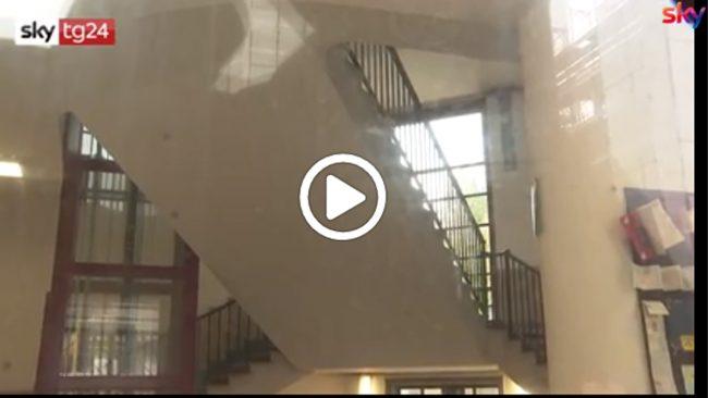 Gravissimo il bambino precipitato dalle scale della scuola a Milano VIDEO