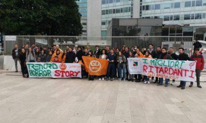 Trenord da incubo la protesta arriva sotto Palazzo Regione